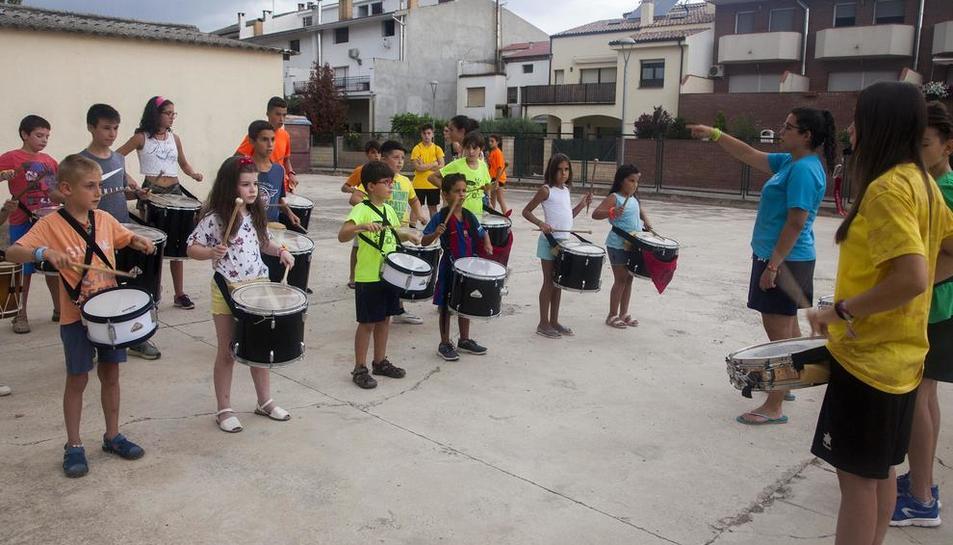 Los 'tabalers' ensayan estos días intensamente para su debut durante la fiesta mayor, el primer fin de semana de septiembre.