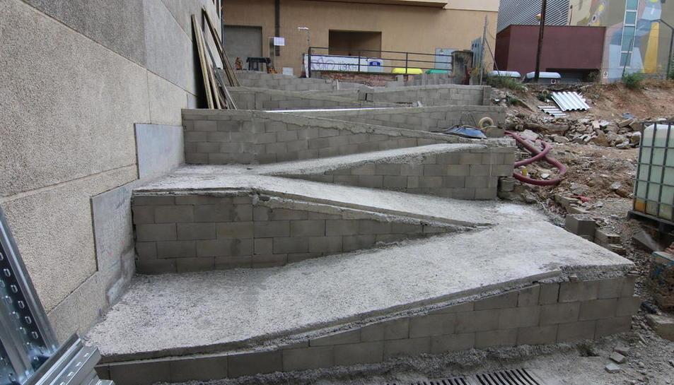 Una rampa en forma de zigzag ha sustituido las escaleras en la calle Botera.