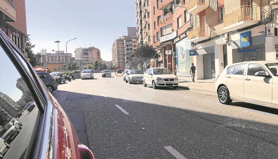 Dins del cercle, un vehicle en direcció contrària per Lluís Companys.