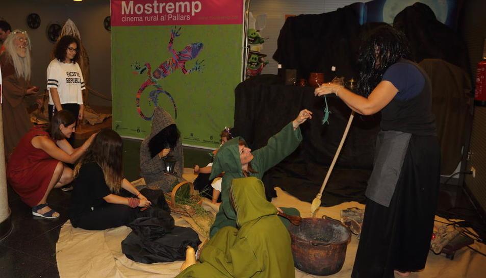 L'espai cultural La Lira de Tremp es va 'vestir' ahir de bruixa en la inauguració del festival Mostremp.