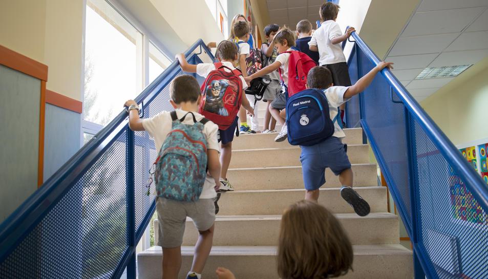 Alumnos entran en su escuela.