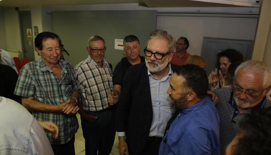 Larrosa, felicitado por militantes el lunes después de ganar las primarias del PSC de Lleida ciudad.