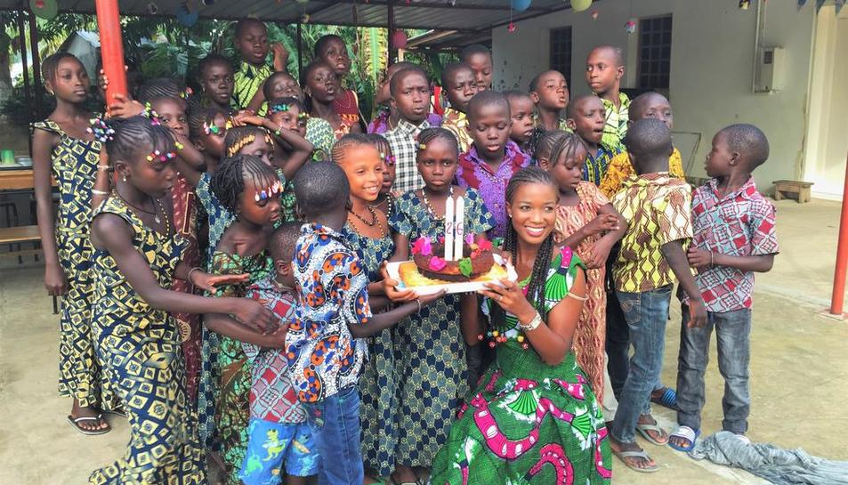 La jove lleidatana va celebrar el seu 26 aniversari amb els nens de l'orfenat de Cocon de Cabrousse, al Senegal.