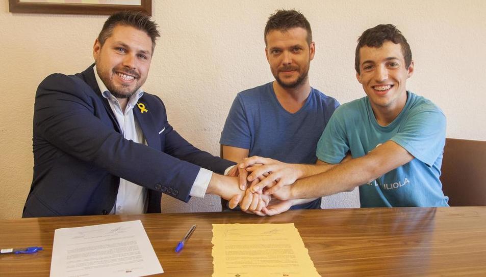 El alcalde y dos miembros de la asociación tras firmar el convenio.