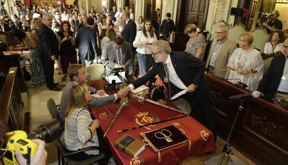 Fèlix Larrosa, saludando al interventor de la Paeria ayer en el salón de plenos, justo antes de su investidura como alcalde.