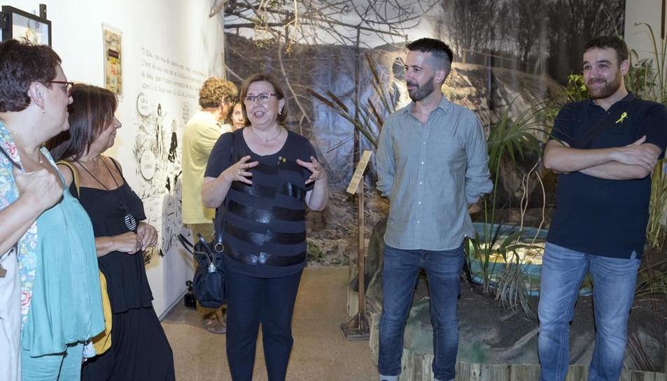 L'alcaldessa, Rosa Maria Perelló, al costat del director artístic, Jordi Duran, a l'exposició sobre Pedrolo.
