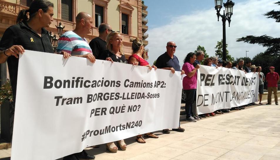 Pancartas para reclamar el desvío de camiones también en el tramo entre Lleida y Les Borges Blanques.