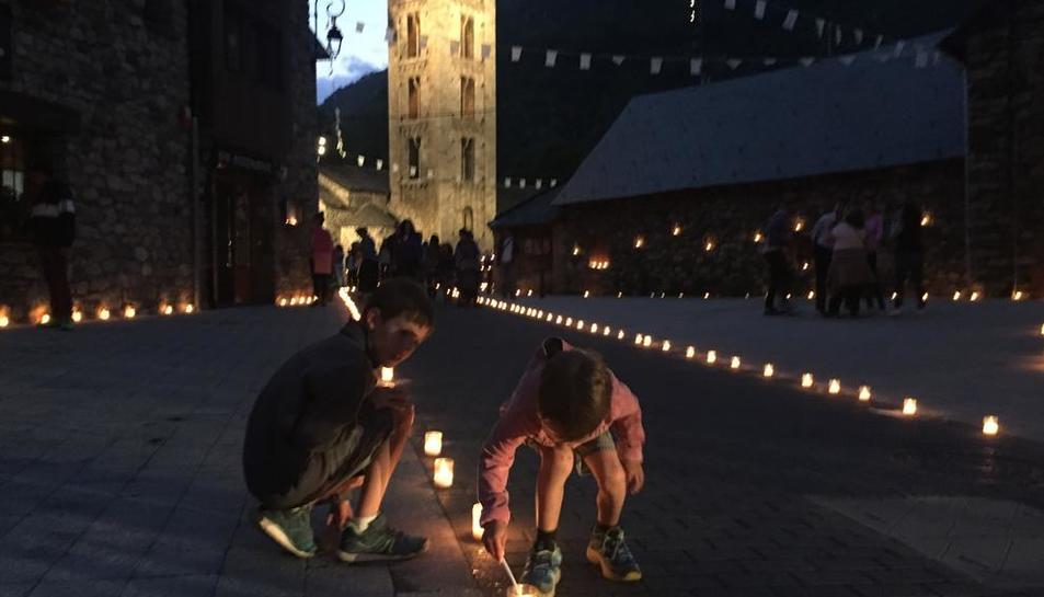 Las familias de Erill la Vall prenden 10.000 velas para iluminar las calles del pueblo.