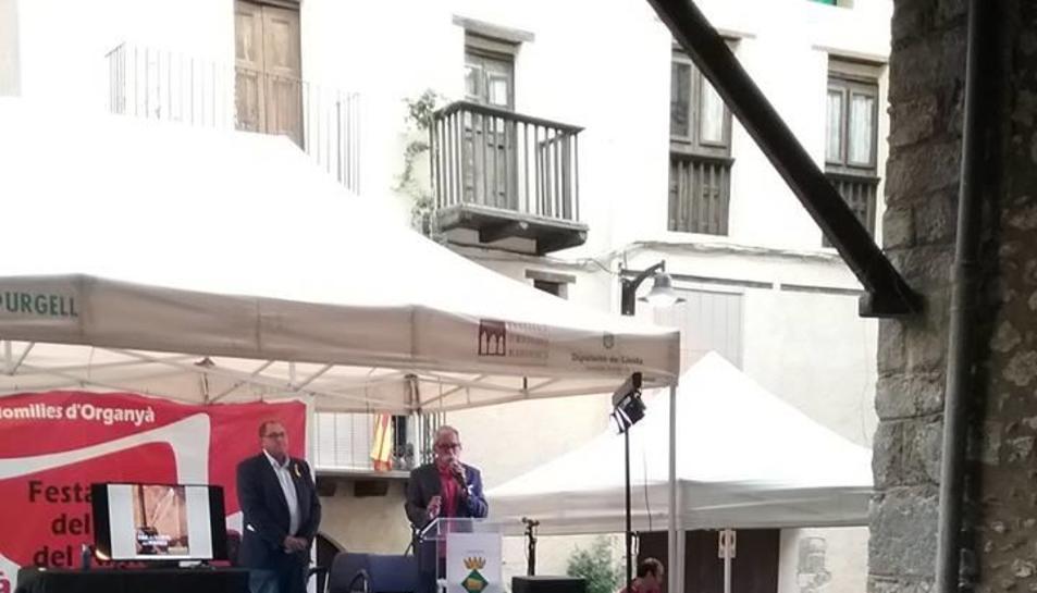Un moment de la inauguració, ahir, de la Fira del Llibre d'Organyà.