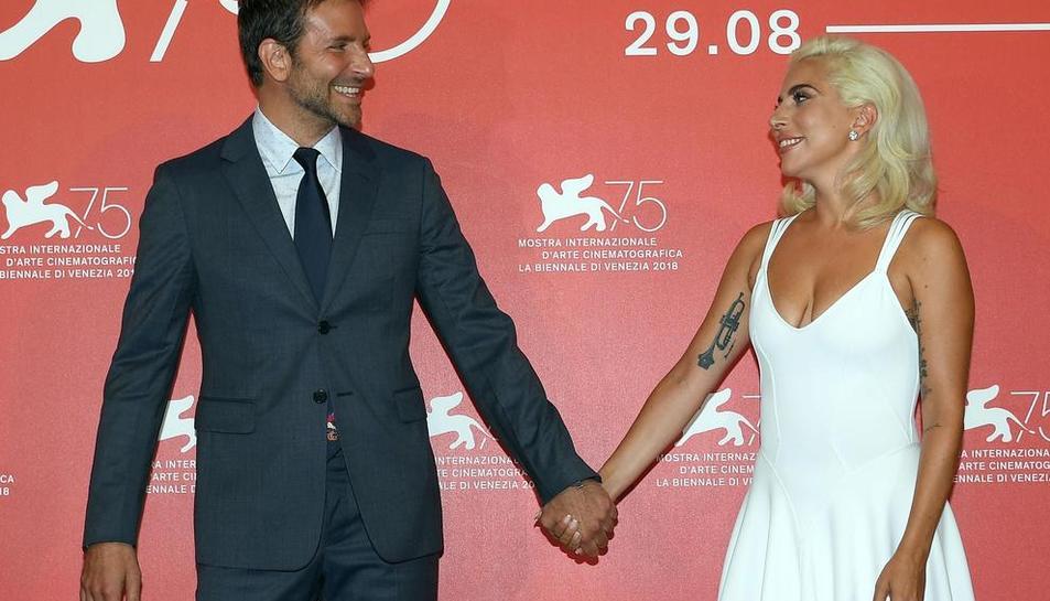 """El actor Bradley Cooper y Lady Gaga presentaron ayer en Venecia su película """"A Star Is Born""""."""