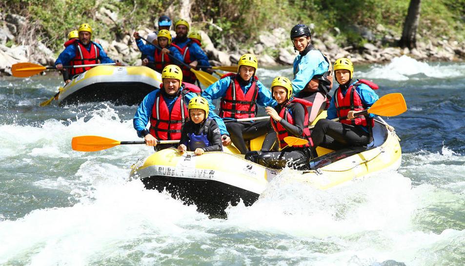 El rafting sigue atrayendo a buen número de turistas y los caudales en el Pallaresa se mantienen abundantes.