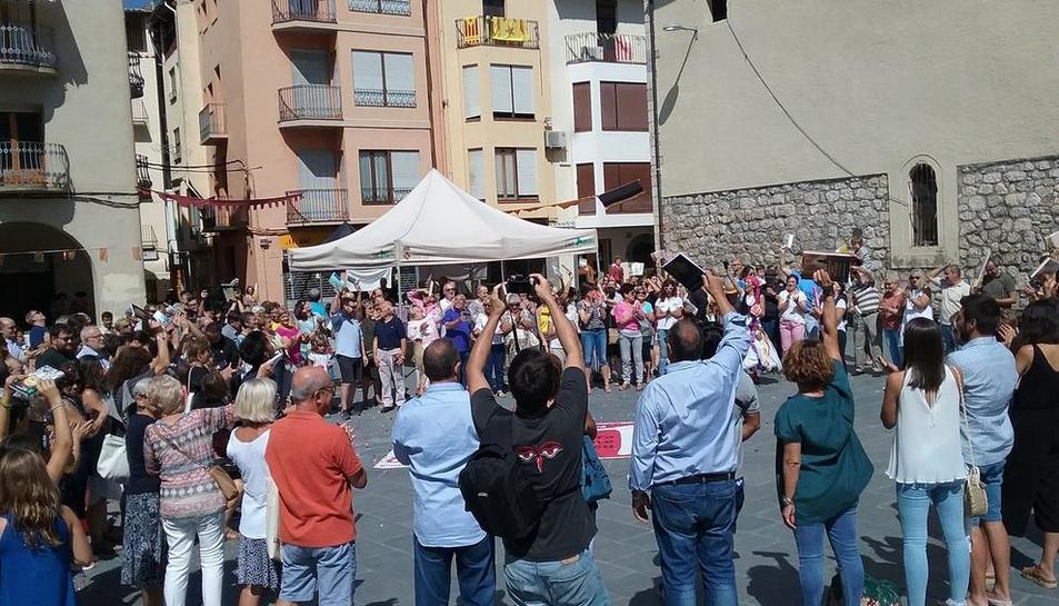 Vista de algunos lectores que participaron ayer en la segunda Carrerada de Llibres en Organyà.