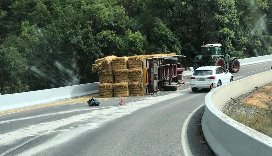 El accidente entre la motocicleta y el tractor se produjo en una curva de la N-230.
