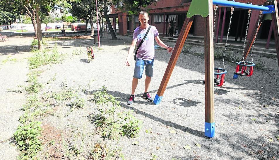 Quejas por malas hierbas, basura y ratas en un parque infantil