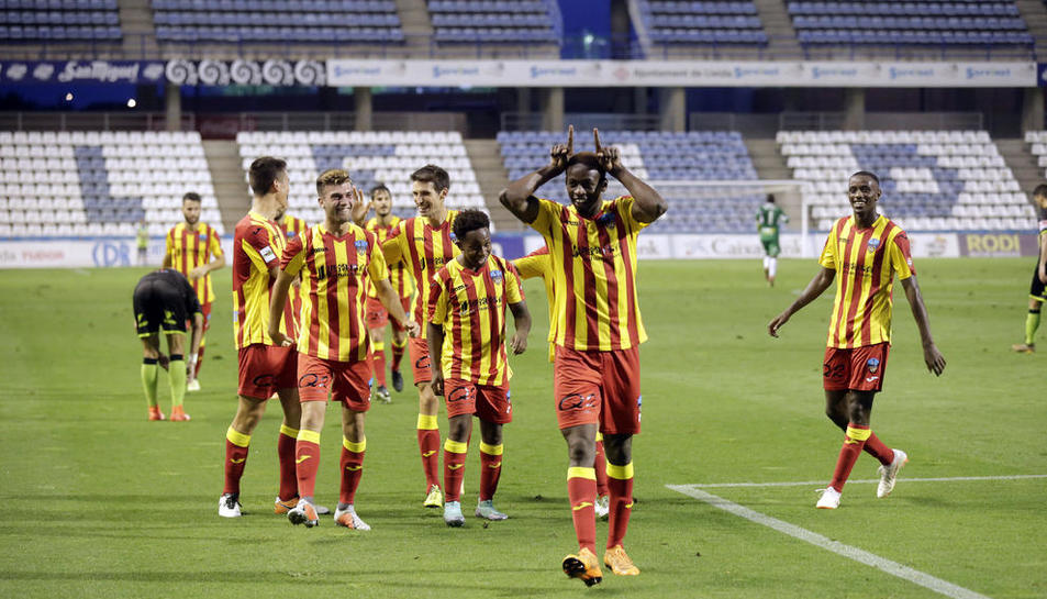 Mousa, que va jugar un bon partit, celebra el gol que va suposar l'1-0 al costat de Josimar Quintero, que li va fer l'assistència.