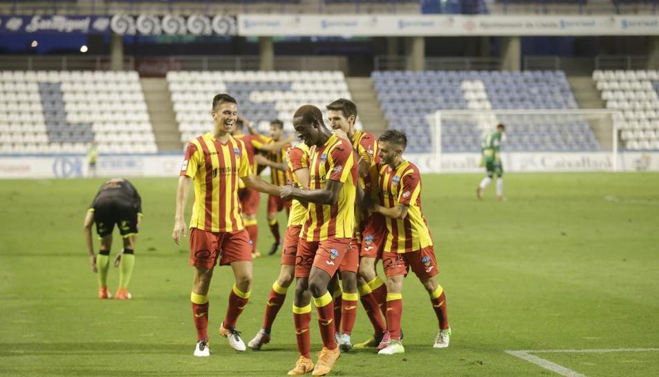 Noel, a l'esquerra, celebra un gol amb els seus companys.