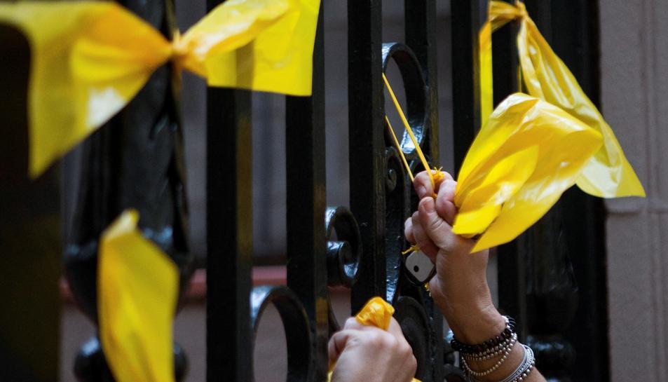 Una persona retira lazos amarillos.