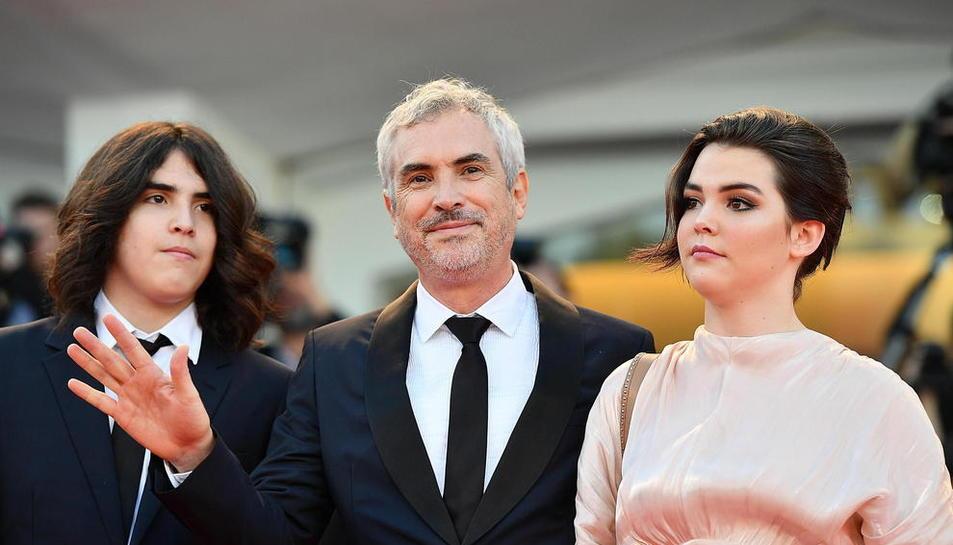 El director mexicà Alfonso Cuarón, a l'arribar a l'entrega de premis amb els seus fills.