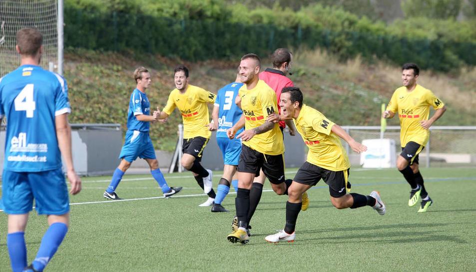 Els jugadors del Mollerussa celebren un dels dos gols aconseguits ahir a Cambrils.