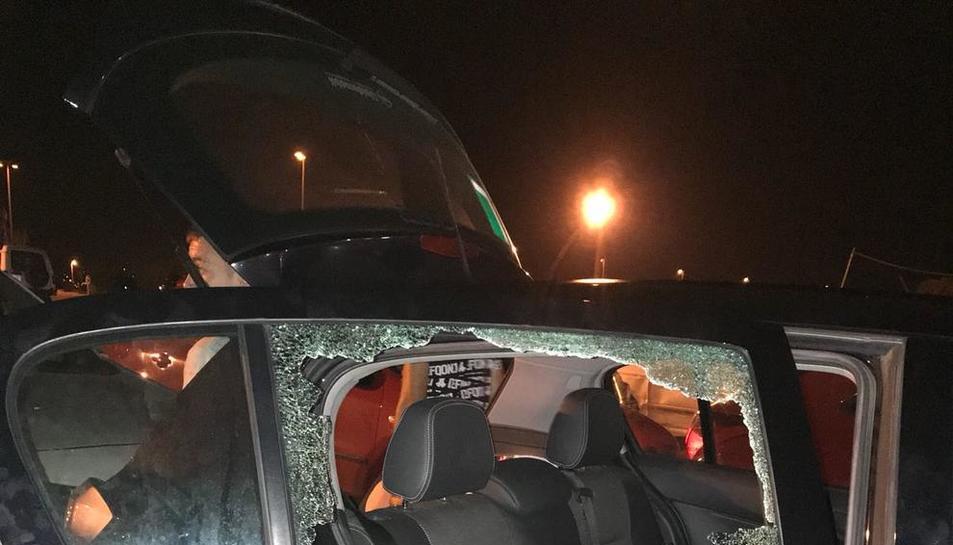 Vista de los daños en uno de los vehículos forzados en Gardeny.