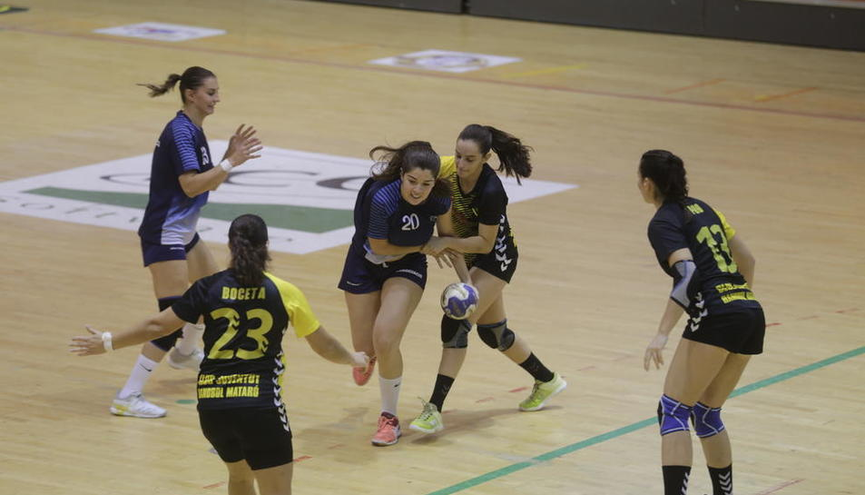 Victoria Alférez, de la Associació Lleidatana, intenta superar a una jugadora del Joventut de Mataró.