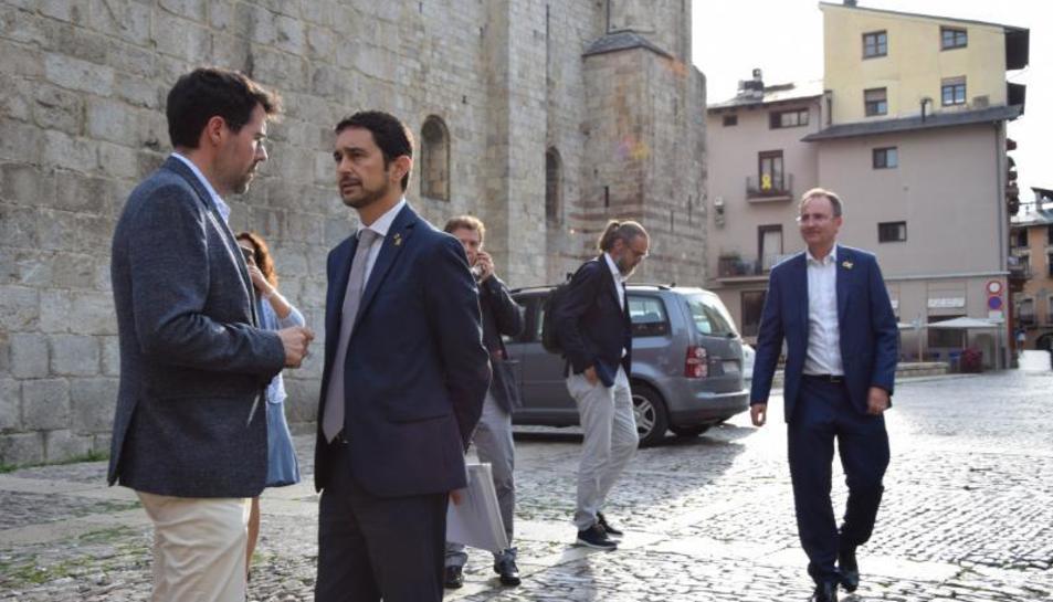 El conseller Calvet, a su llegada a La Seu, con el alcalde.