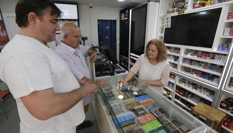 Clients ahir comprant tabac en un estanc del barri de la Mariola.