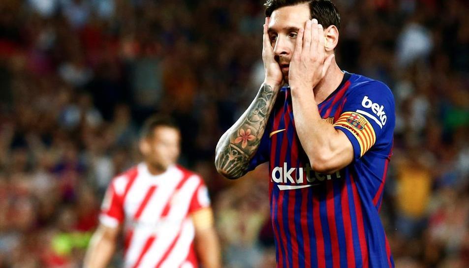 Leo Messi, que va firmar el primer gol del partit, es posa les mans al cap després d'encaixar el primer revés de la temporada, en un matx en el qual els blaugranes van haver de remar contracorrent.