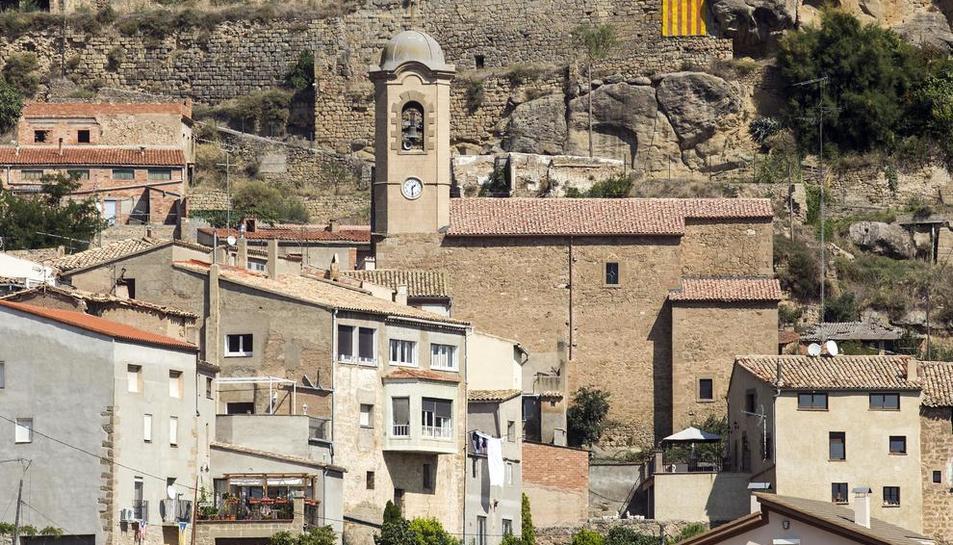 La torre de l'església de Biosca amb el nou rellotge.
