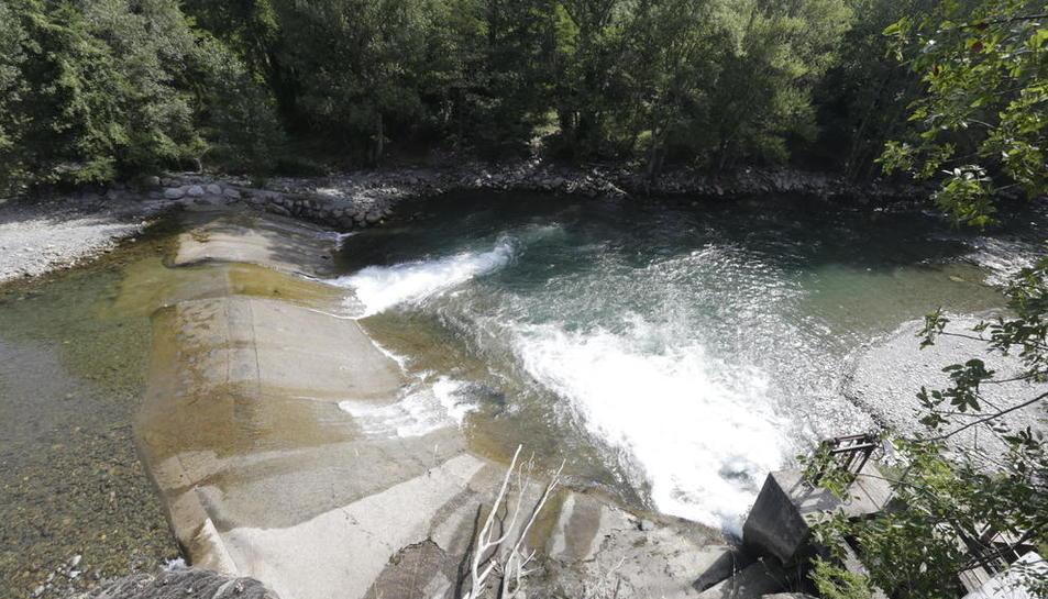 La presa de l'Hostalet on es treballa per desviar la Pallaresa.