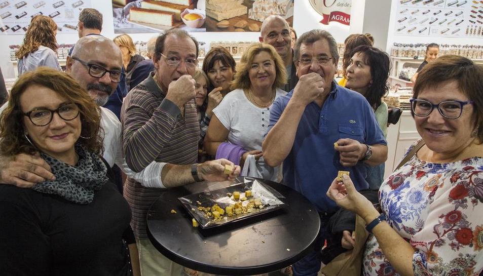 Els milers de visitants a la fira van poder degustar diferents tipus de torrons.