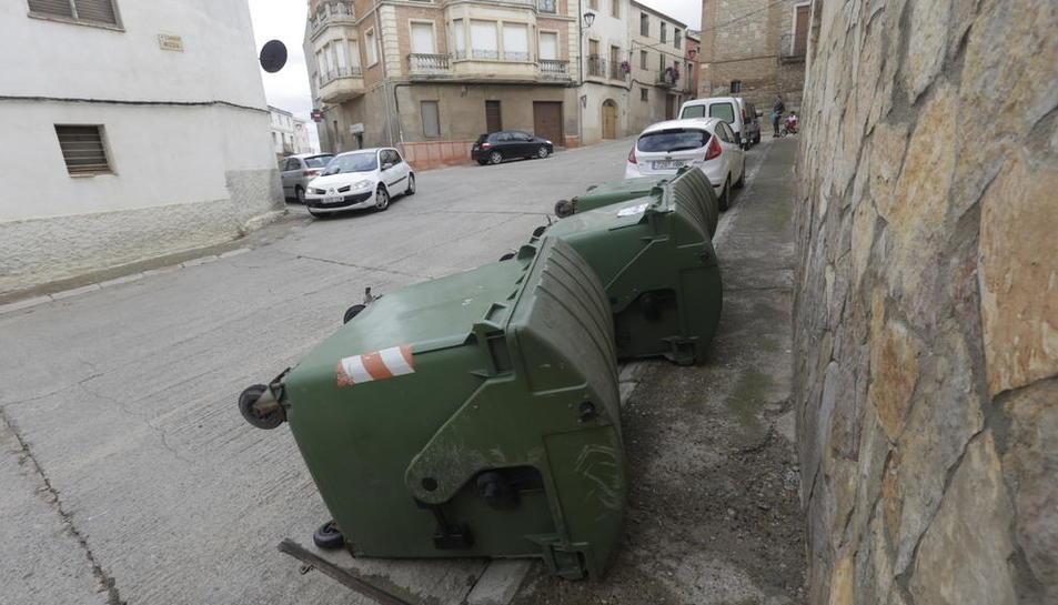 Depósitos volcados en Montoliu para evitar su uso  -  En Montoliu la empresa decidió volcar los contenedores tradicionales de recogida de basura para evitar que los vecinos los utilizaran una vez estrenado el puerta a puerta y a la espera de que  ...