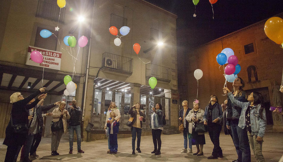 Familiars van deixar volar globus en record dels petits.