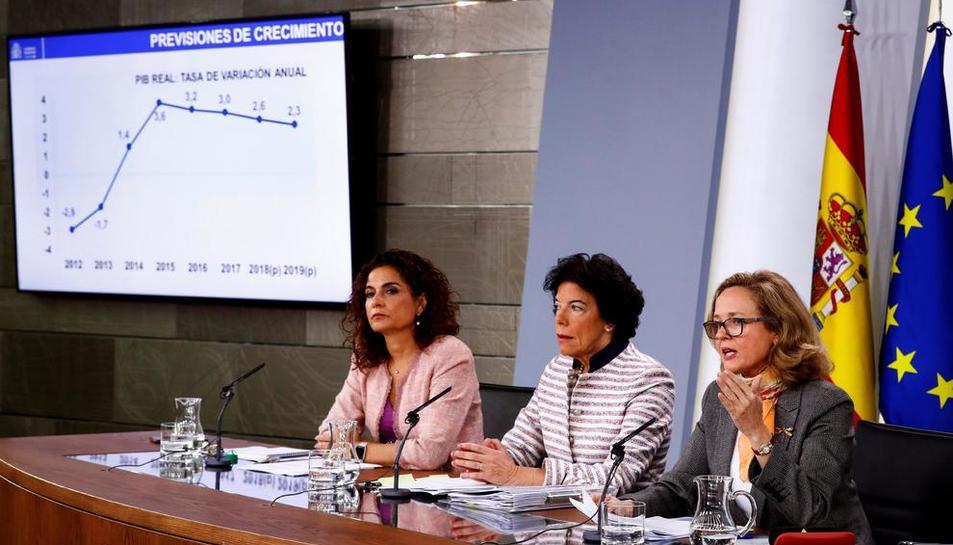 Les ministres María Jesús Montero, Isabel Celaá i Nadia Calviño, ahir en roda de premsa.
