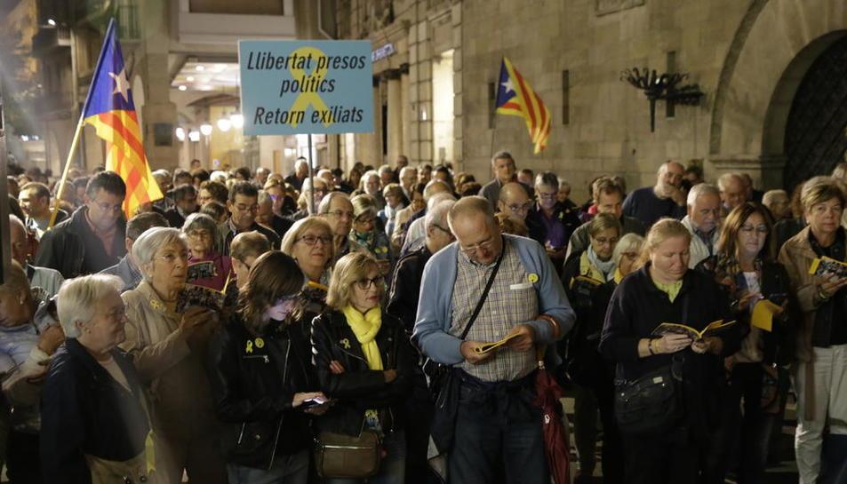 Imatge de l'acte Cantaires per la Llibertat a la plaça Paeria de Lleida, ahir.