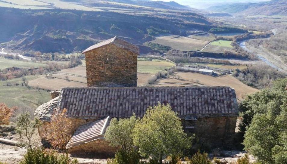 Una vista de l'església de Sant Pere d'Orrit, a la zona de la Terreta.