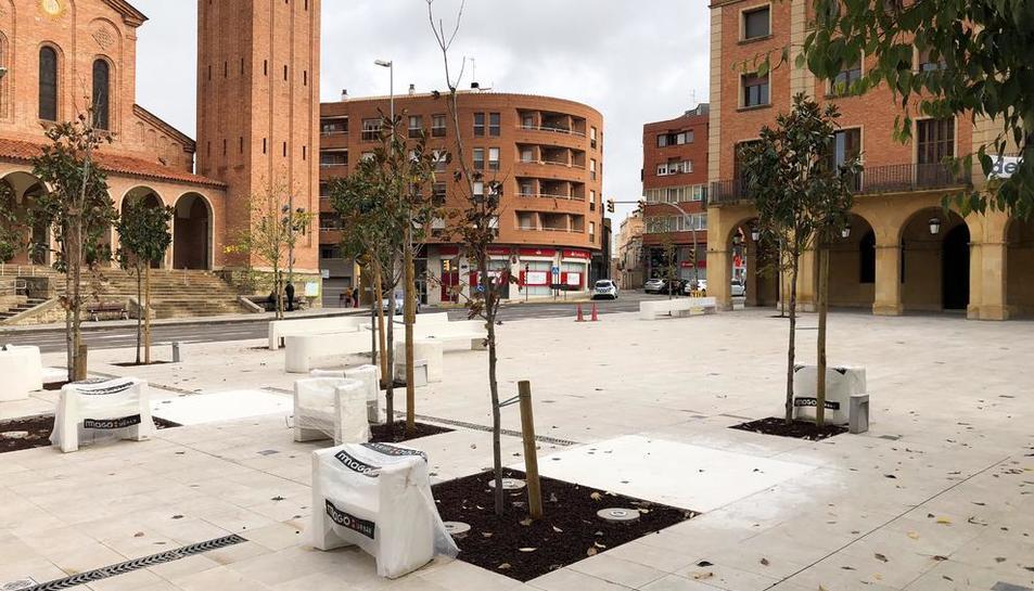 Imatge de la plaça de l'Ajuntament de Mollerussa acabada de renovar.