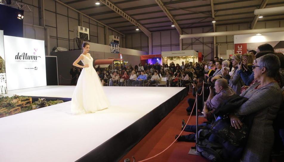 Centenars de persones van assistir a les desfilades de moda de la DeNuvis, amb les últimes tendències i vestits de boda.