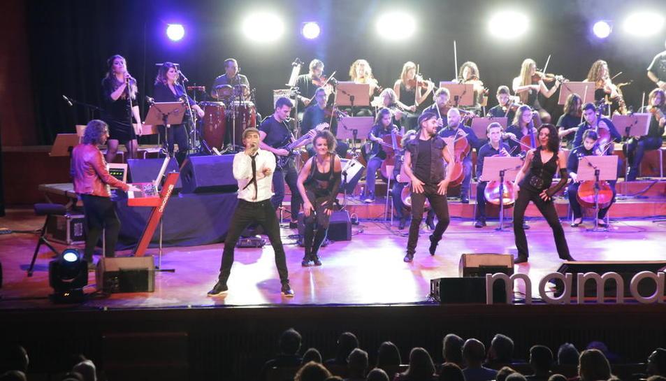 Els músics van fer aixecar el públic dels seients per cantar i ballar a l'Auditori Enric Granados.