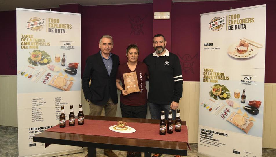 Responsables de San Miguel entregaron ayer una placa a Joana Vázquez, de la cafetería Bàrbar.