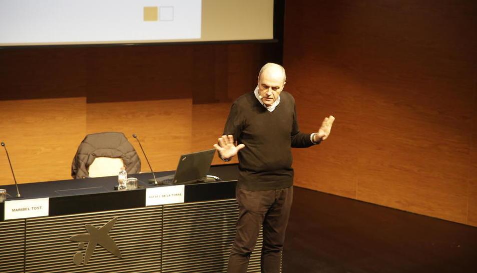 Imagen del doctor Rafael de la Torre durante su charla de ayer en el CaixaForum de Lleida.
