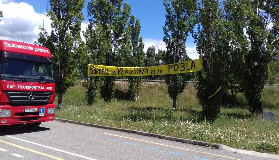 Imagen de archivo de una pancarta contra Borrell en La Pobla.