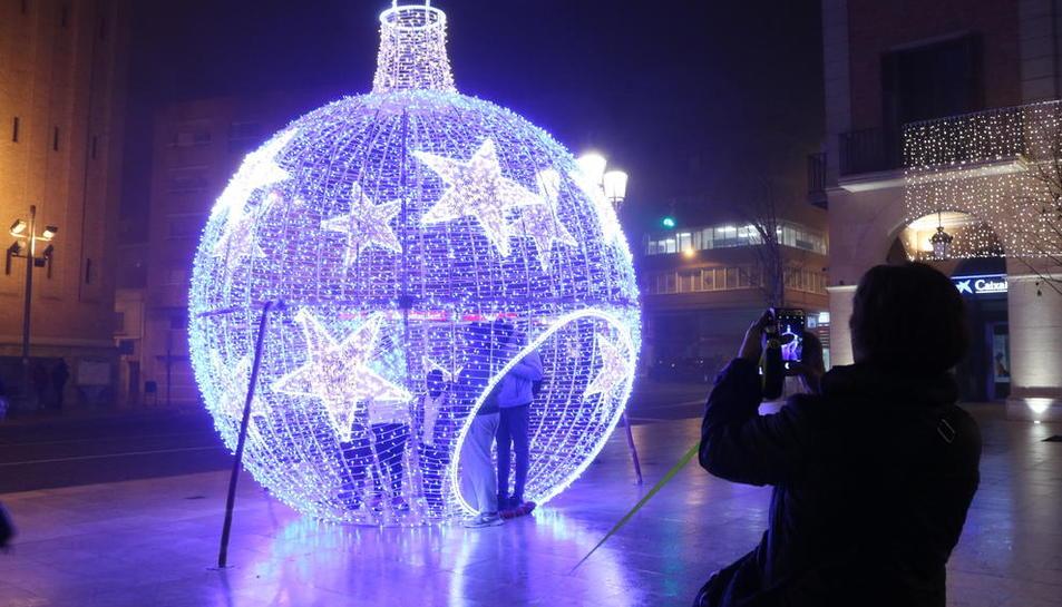 Los vecinos se hacían fotos ayer en el interior de la bola navideña en la plaza del Ajuntament