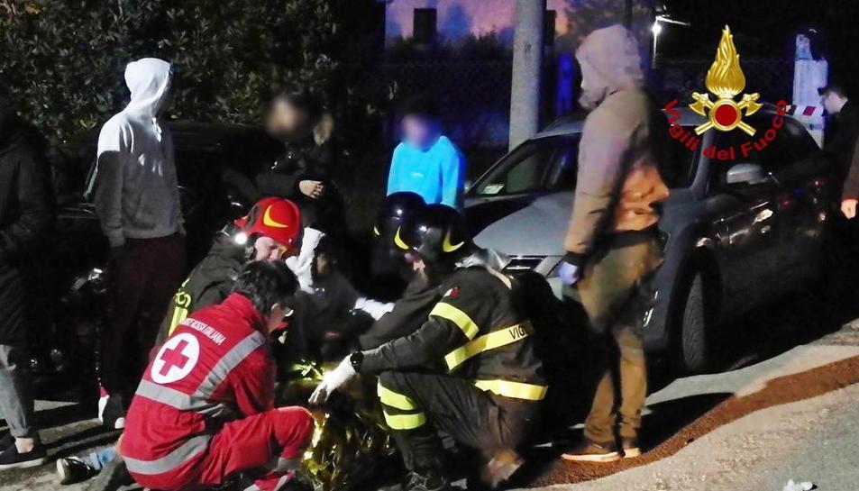 Imatge dels agents sanitaris i els Vigili del Fuoco atenen els ferits, ahir.