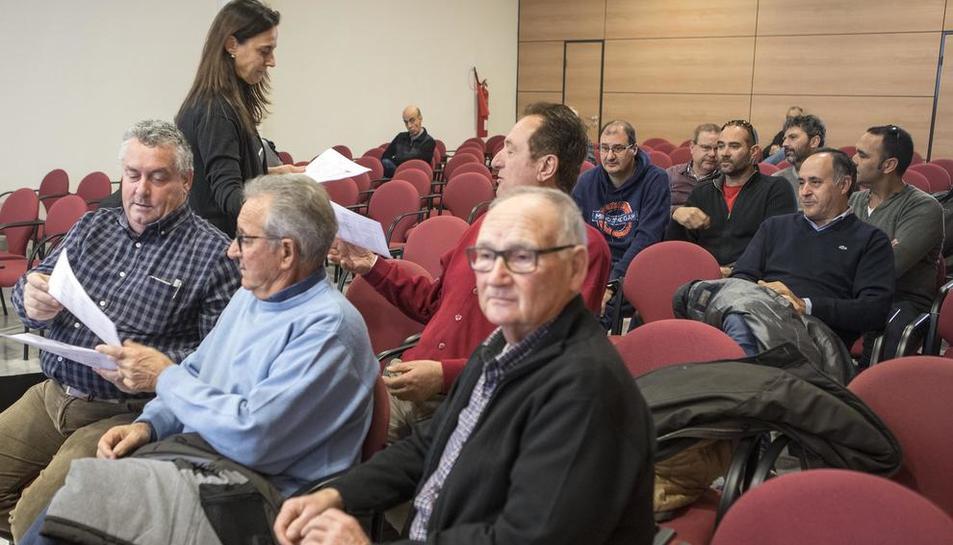 La junta de regantes celebrada ayer en Tàrrega en la que participaron una treintena de representantes.