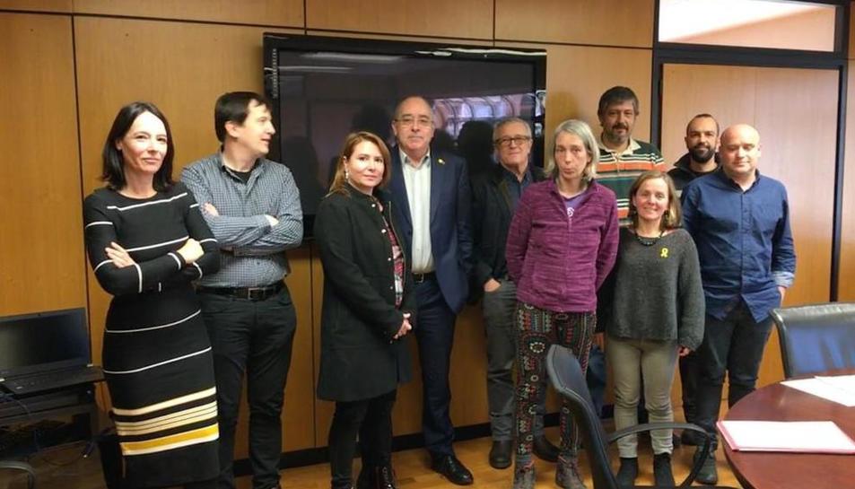 Representantes de SOS Menjador Públics y de las Ampas, con el conseller Bargalló.