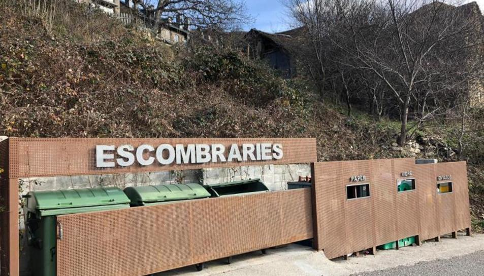 Imatge d'un dels punts de recollida d'escombraries a Durro.