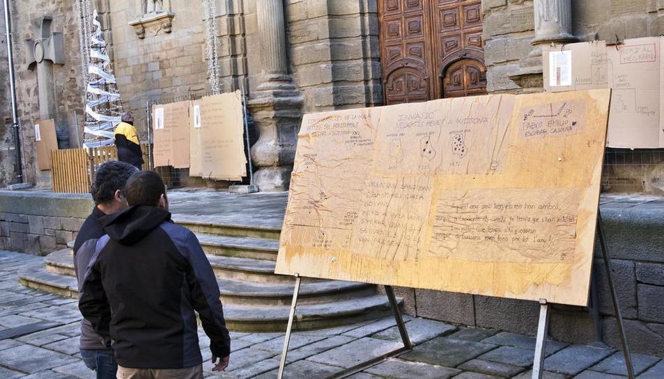 Els Cartells de Reis penjats ahir al davant de la col·legiata de Santa Maria, a Guissona.