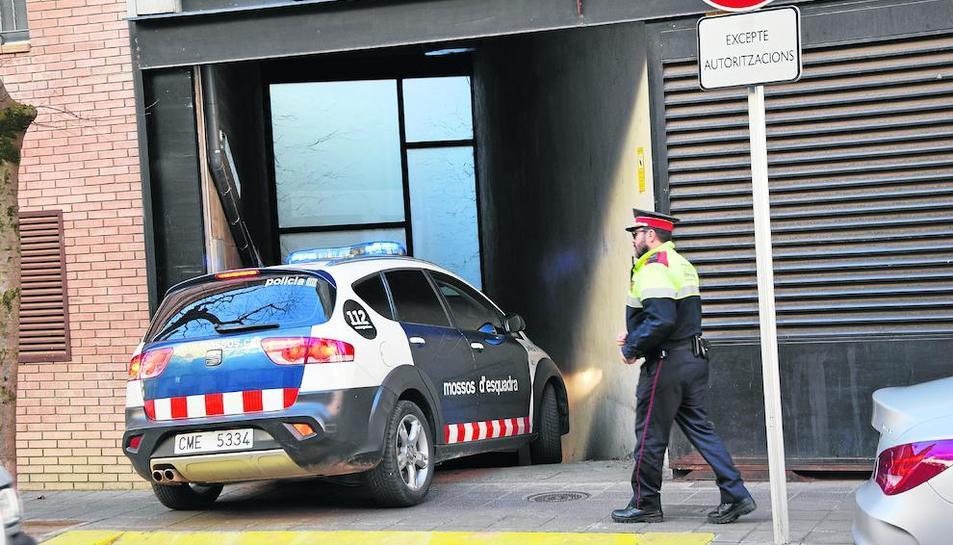 El detingut, ahir entrant en un cotxe policial al jutjat de la Seu.