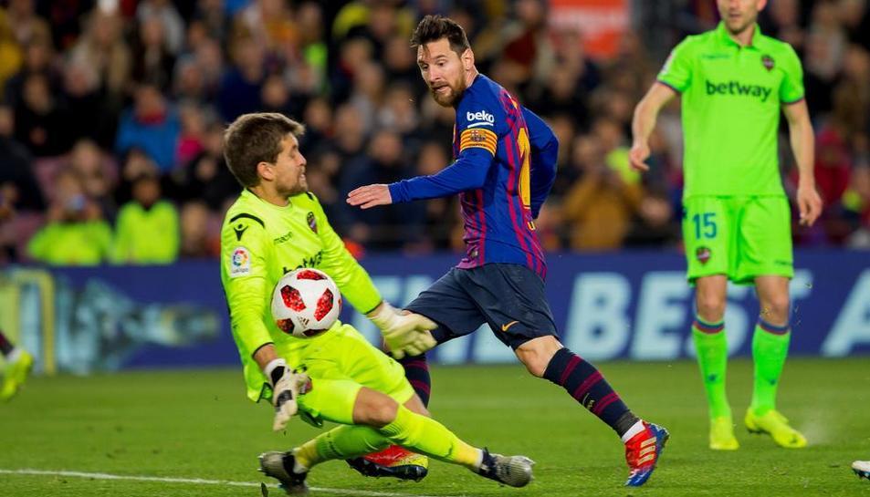 Leo Messi, que ahir va jugar de fals '9', no va faltar a la cita amb el gol.